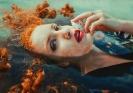 Рыжая девушка плавает