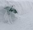 Снежная баба под зонтиком